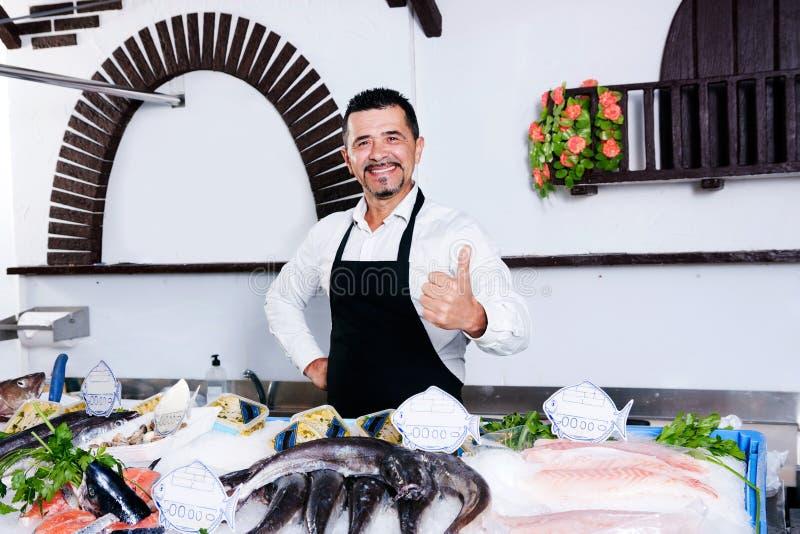 Αγορά και fishmonger ψαριών στοκ εικόνα