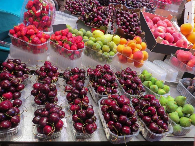 Αγορά τροφίμων Μετρητής με τα μούρα και τα φρούτα στα πλαστικά εμπορευματοκιβώτια και τα κιβώτια στοκ εικόνες με δικαίωμα ελεύθερης χρήσης