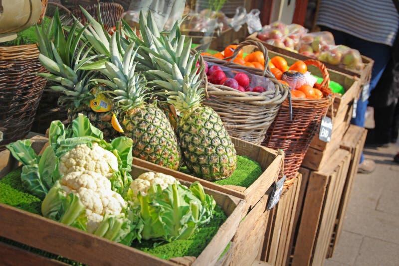 Αγορά φρούτων και veg στάβλων στοκ εικόνες