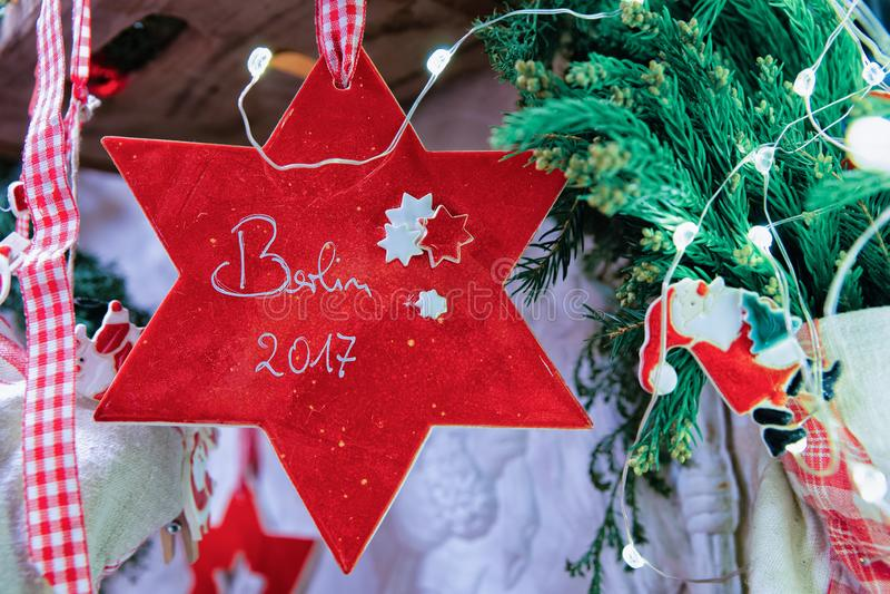 Αγορά Χριστουγέννων διακοσμήσεων αστεριών τη νύχτα σε Gendarmenmarkt το χειμώνα Βερολίνο, Γερμανία Δίκαιοι στάβλοι εμφάνισης με τ στοκ εικόνες