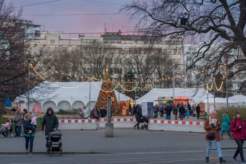 Αγορά Χριστουγέννων στην πλατεία Moravian στο χρόνο ηλιοβασιλέματος στοκ φωτογραφία με δικαίωμα ελεύθερης χρήσης