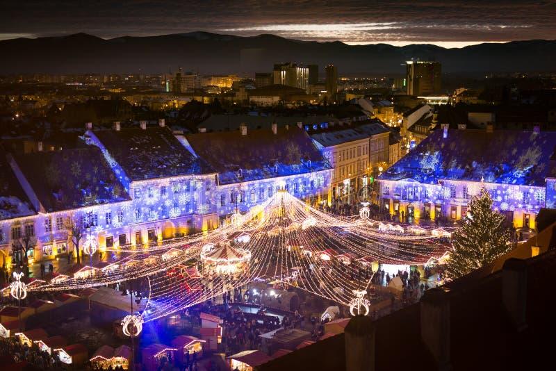 Αγορά Χριστουγέννων του Sibiu στο ηλιοβασίλεμα στην Τρανσυλβανία Ρουμανία 2016 στοκ εικόνες