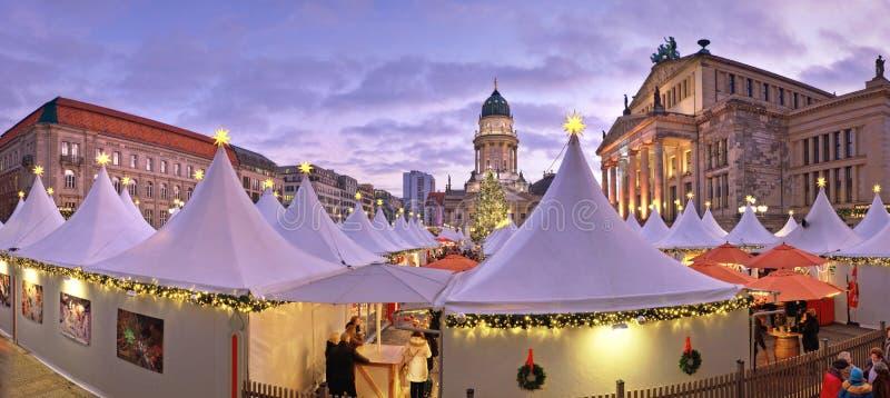 Αγορά Chtristmas σε Gandarmenmarkt στο Βερολίνο σε ένα ηλιοβασίλεμα στοκ εικόνες