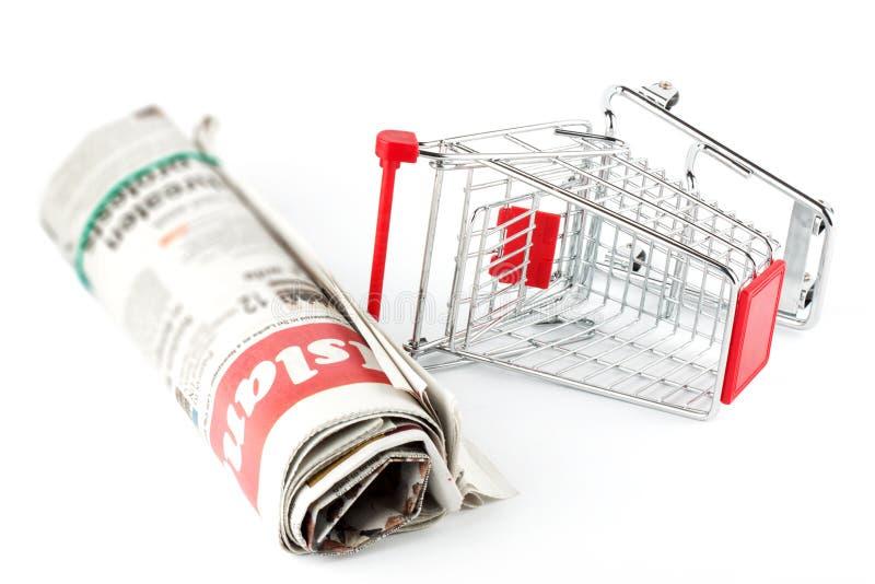 Download αγορές εφημερίδων κάρρων στοκ εικόνα. εικόνα από καροτσάκι - 22786001