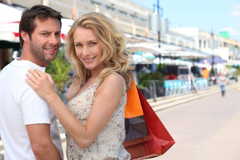αγορές ζευγών στοκ φωτογραφία με δικαίωμα ελεύθερης χρήσης