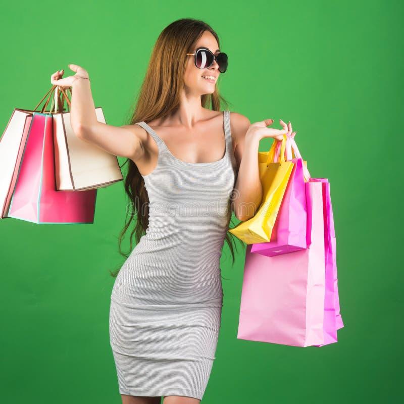 αγορές και πώληση, ευτυχής τσάντα αγορών λαβής γυναικών στοκ εικόνα με δικαίωμα ελεύθερης χρήσης