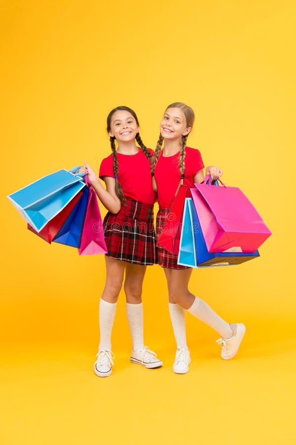 Αγορές με το φίλο Τα παιδιά κρατούν τις συσκευασίες Καλύτερη ημέρα πάντα Κορίτσια με τις τσάντες αγορών Ανακαλύψτε πάλι τις μεγάλ στοκ εικόνες