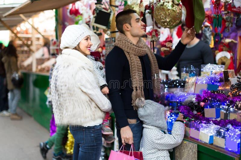 Αγορές οικογενειακών διακοπών στοκ εικόνες