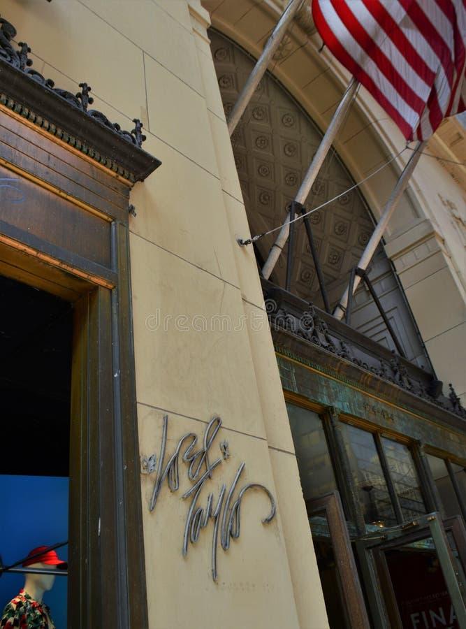 Αγορές πολυκαταστημάτων κινηματογραφήσεων σε πρώτο πλάνο Λόρδου πόλεων της Νέας Υόρκης & σημαδιών του Taylor στοκ φωτογραφίες με δικαίωμα ελεύθερης χρήσης