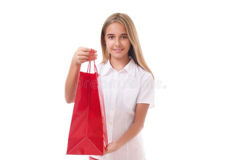 Αγορές, πώληση, Χριστούγεννα και διακοπή-καλό νέο κορίτσι την κόκκινη τσάντα αγορών, που απομονώνεται που δίνουν στοκ εικόνα