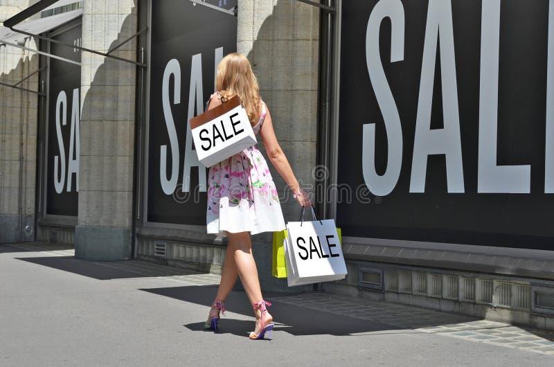 αγορές της Sally κοριτσιών τσ&alp στοκ φωτογραφία με δικαίωμα ελεύθερης χρήσης