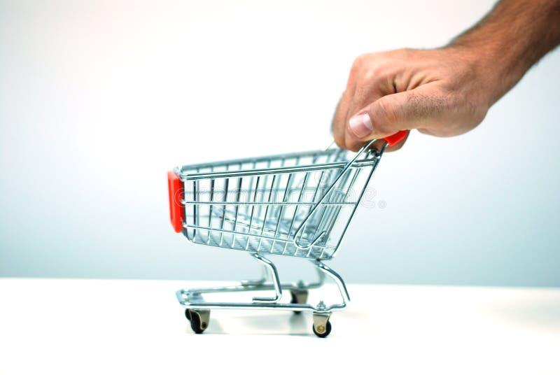αγορές ώθησης κάρρων στοκ φωτογραφίες με δικαίωμα ελεύθερης χρήσης