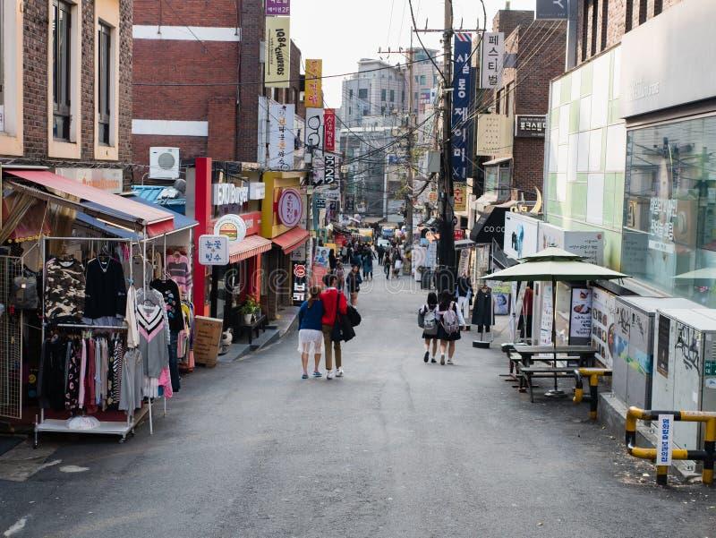 Αγορές steert κοντά στον πανεπιστημιακό σταθμό της γυναίκας Ewha στοκ εικόνα με δικαίωμα ελεύθερης χρήσης