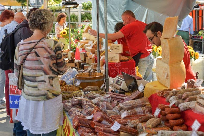 Αγοραστές που εξετάζουν τα τοπικά προϊόντα κατά τη διάρκεια της παραδοσιακής αγοράς Luzern στοκ εικόνες