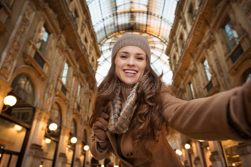 Αγοραστής γυναικών που παίρνει selfie σε Galleria Vittorio Emanuele ΙΙ στοκ εικόνες