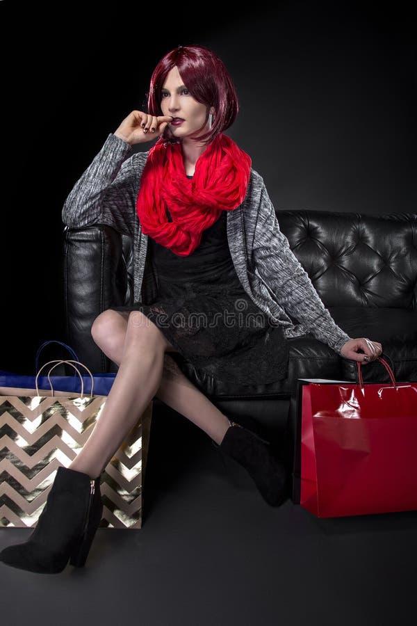 Αγοραστής που στηρίζεται σε έναν καναπέ στοκ εικόνες