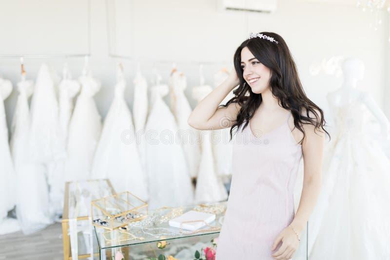 Αγοραστής που φορά την τιάρα στο νυφικό κατάστημα στοκ φωτογραφία με δικαίωμα ελεύθερης χρήσης