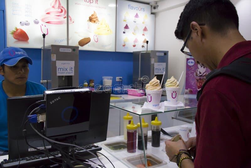 Αγοραστής στον καφέ γρήγορου φαγητού με το παγωτό στη Βολιβία στοκ εικόνες