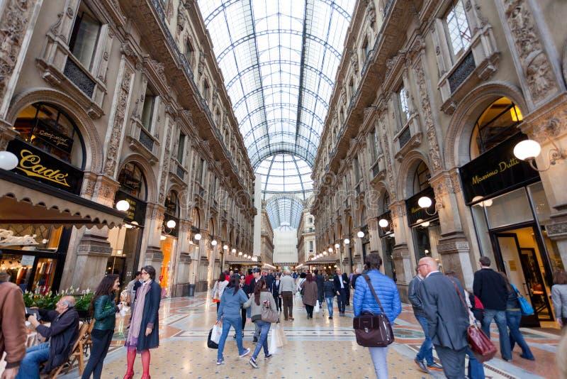Αγοραστής στο εμπόριο Galleria Vittorio Emanuele ΙΙ στο Μιλάνο στοκ φωτογραφίες