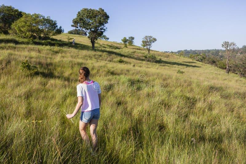 Αγριότητα περπατήματος κοριτσιών στοκ φωτογραφίες με δικαίωμα ελεύθερης χρήσης