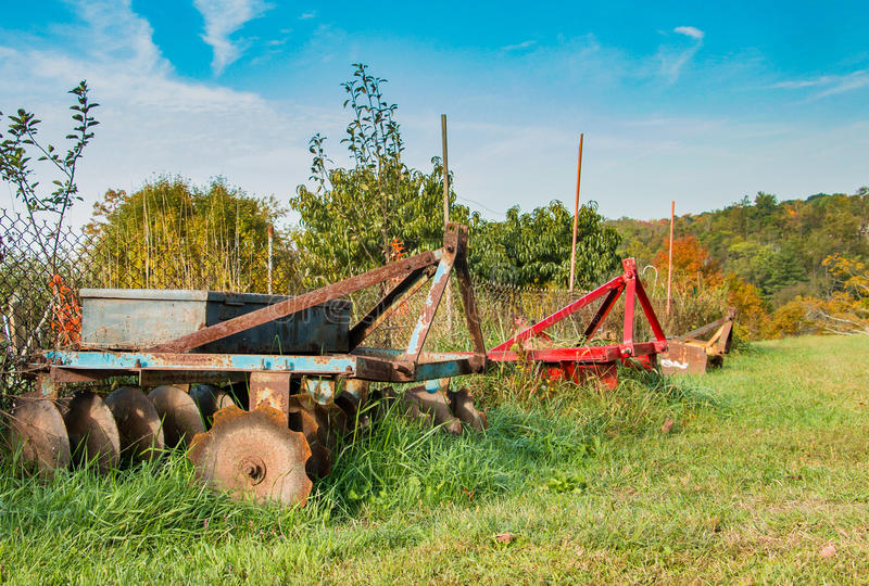 Αγροτικά άροτρα που περιμένουν την εργασία στοκ εικόνα