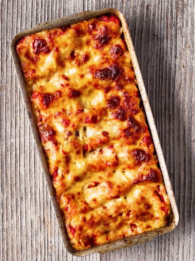 Αγροτικά ιταλικά ψημένα ζυμαρικά cannelloni ricotta σπανακιού στοκ φωτογραφίες
