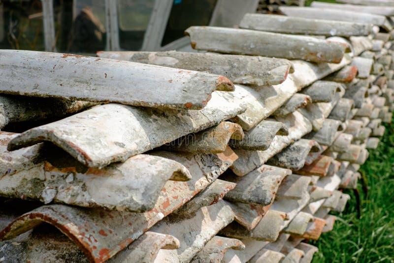 Αγροτικά κεραμίδια στρειδιών που συσσωρεύονται κεραμικά για την ξήρανση στοκ φωτογραφίες με δικαίωμα ελεύθερης χρήσης