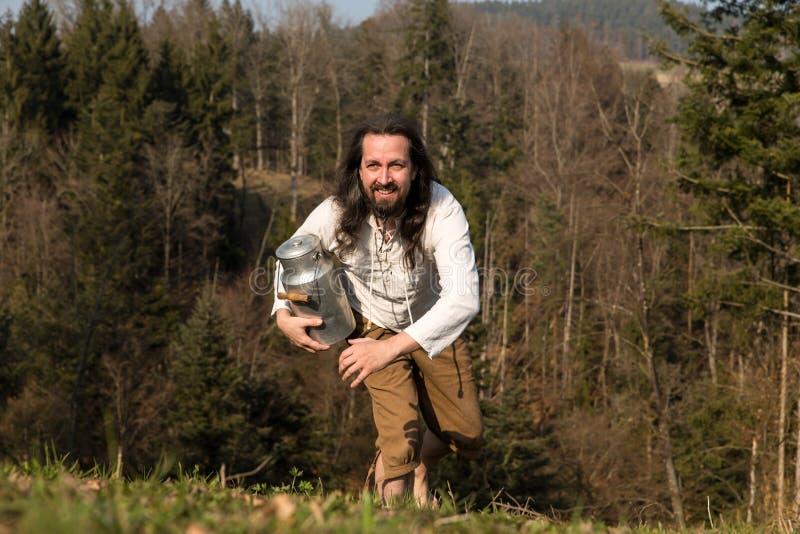 Αγροτικά ο αγρότης με το καρδάρι έρχεται δημιουργώντας στοκ φωτογραφίες με δικαίωμα ελεύθερης χρήσης