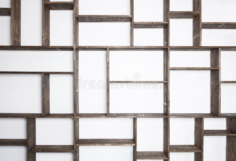 Αγροτικά ράφια ύφους στον άσπρο τοίχο στοκ εικόνες