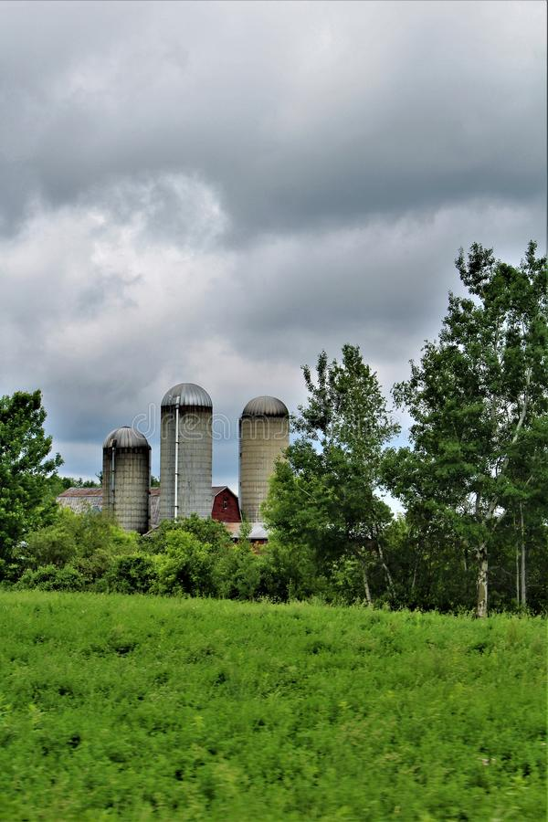 Αγροτικά σιλό που βρίσκονται στη κομητεία του Franklin, εκτός κράτους Νέα Υόρκη, Ηνωμένες Πολιτείες στοκ εικόνες