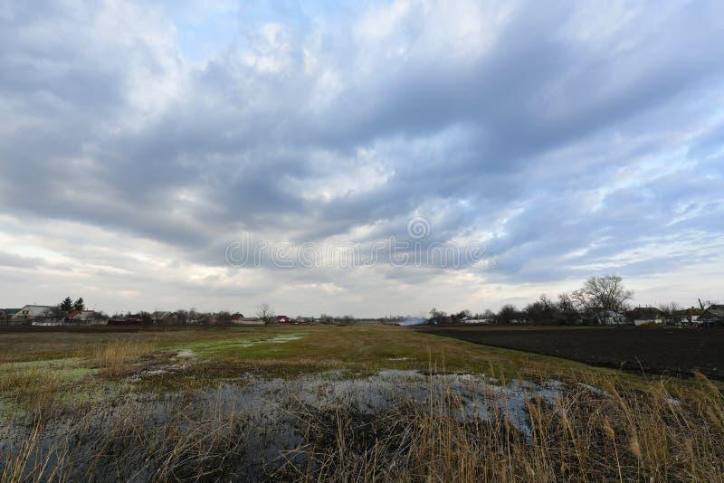 Αγροτικά τοπία, πρώιμο ελατήριο Χωριό Korolevka, περιοχή Novomoskovsk της Ουκρανίας στοκ εικόνες με δικαίωμα ελεύθερης χρήσης
