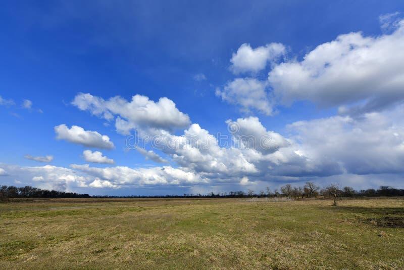 Αγροτικά τοπία, πρώιμο ελατήριο Χωριό Korolevka, περιοχή Novomoskovsk της Ουκρανίας στοκ φωτογραφία
