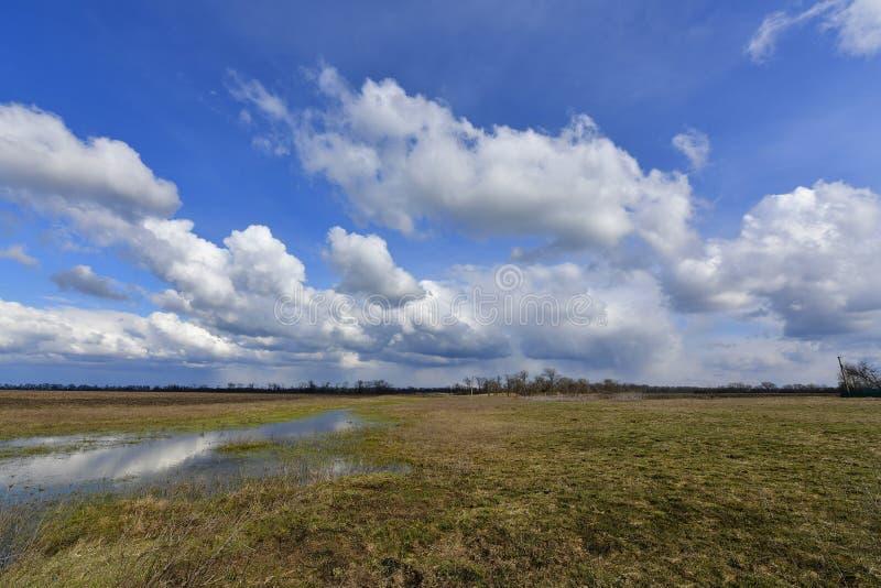 Αγροτικά τοπία, πρώιμο ελατήριο Χωριό Korolevka, περιοχή Novomoskovsk της Ουκρανίας στοκ φωτογραφίες