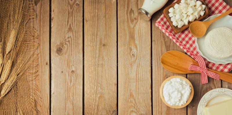 Αγροτικά φρέσκα γαλακτοκομικά προϊόντα στον ξύλινο πίνακα στοκ εικόνες