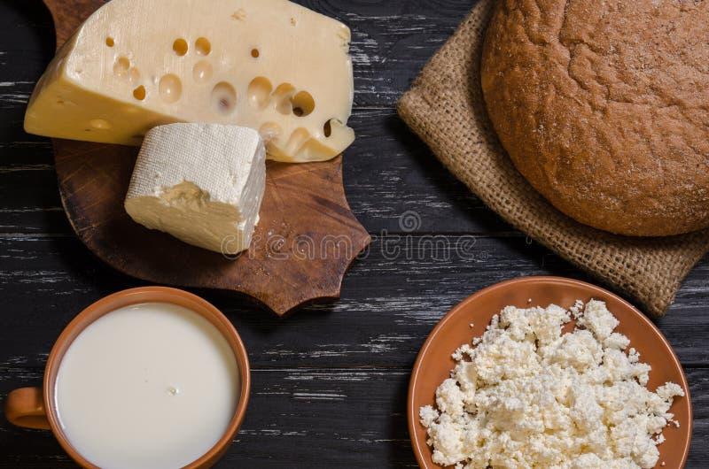 Αγροτικά ψωμί προγευμάτων, τυρί, φέτα, τυρί εξοχικών σπιτιών και γάλα στοκ φωτογραφία με δικαίωμα ελεύθερης χρήσης