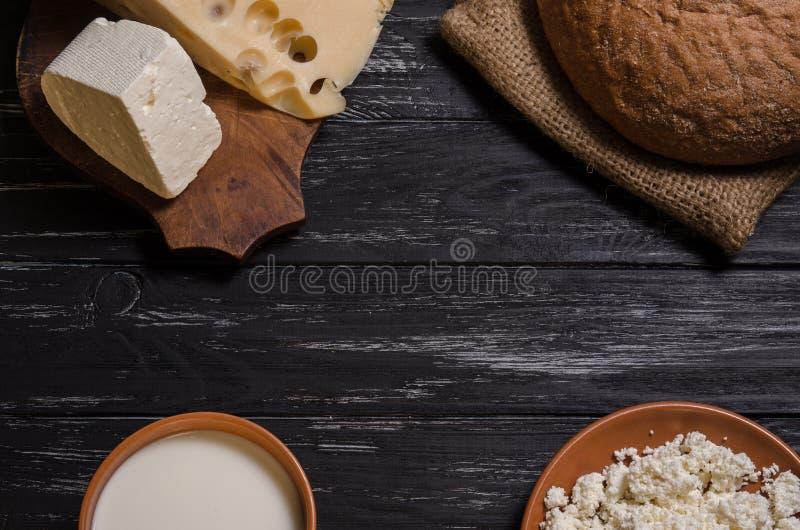 Αγροτικά ψωμί προγευμάτων, τυρί, φέτα, τυρί εξοχικών σπιτιών και γάλα στοκ φωτογραφίες