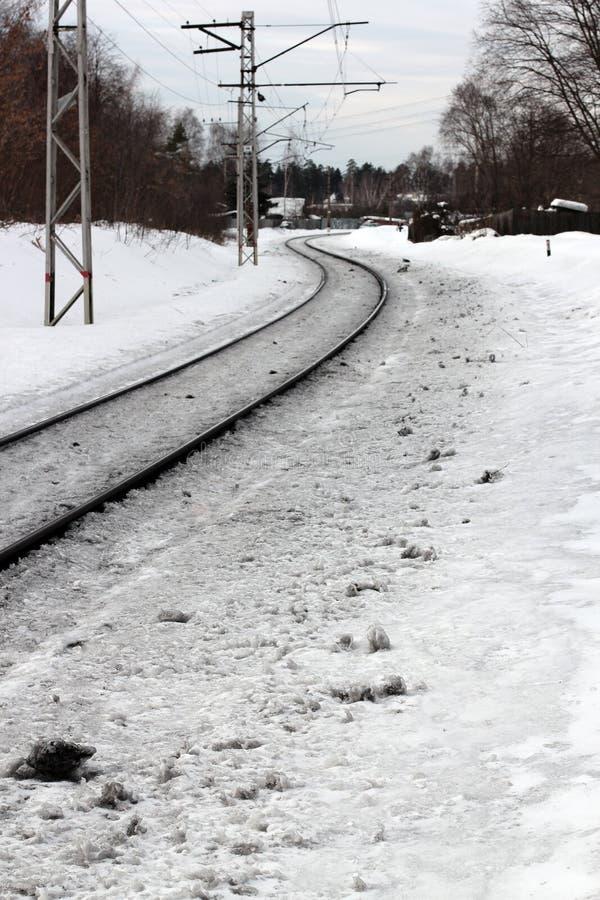 Αγροτικές διαδρομές σιδηροδρόμων/τραίνων που καλύπτονται στο χιόνι κατά τη διάρκεια του χειμώνα στοκ φωτογραφία
