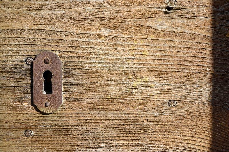 Αγροτικές εξόγκωμα πορτών και κλειδαρότρυπα στην παλαιά ξύλινη πόρτα, εκλεκτής ποιότητας ύφος στοκ εικόνες με δικαίωμα ελεύθερης χρήσης