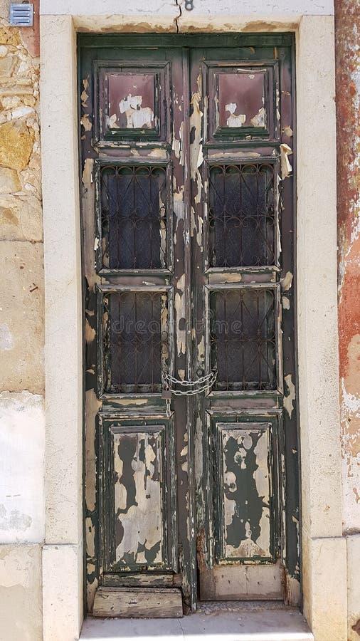 Αγροτικές και παλαιές ξύλινες πόρτες σε Faro, Αλγκάρβε, Πορτογαλία στοκ φωτογραφία