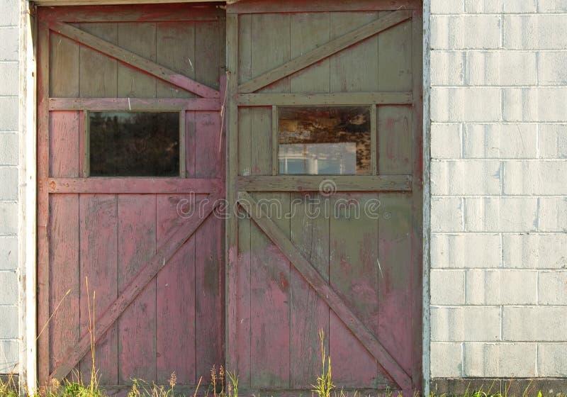 Αγροτικές πόρτες γκαράζ στοκ φωτογραφία