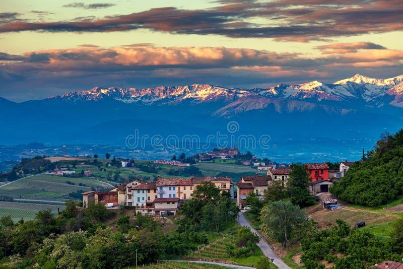 Αγροτικές σπίτια και κορυφογραμμή βουνών στο υπόβαθρο στην Ιταλία στοκ φωτογραφία με δικαίωμα ελεύθερης χρήσης
