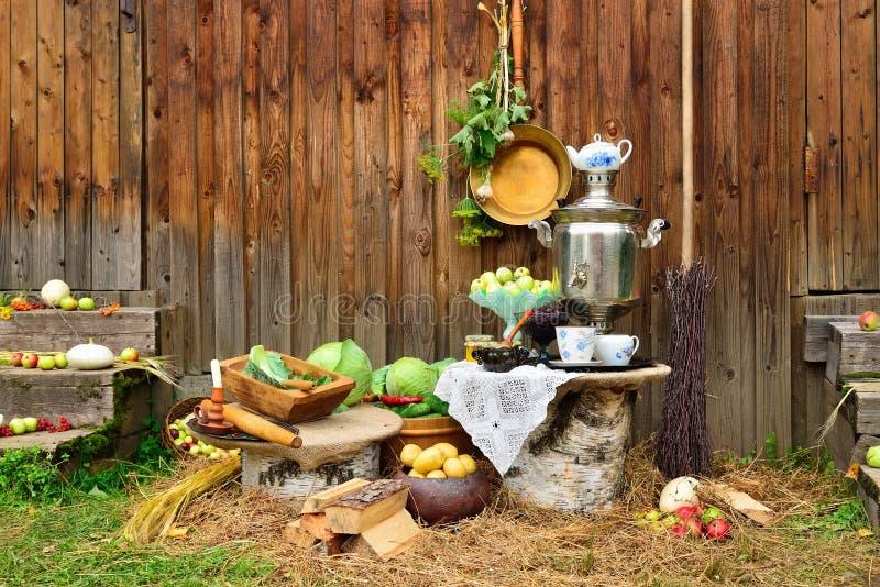 Αγροτική ακόμα ζωή - λάχανο λαχανικών, πατάτες, μήλα, και στοκ εικόνες