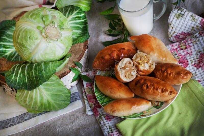 Αγροτική ακόμα ζωή με τις πίτες, το λάχανο και το γάλα στοκ εικόνες