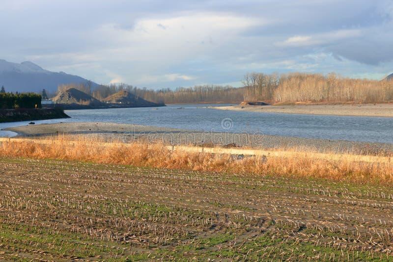 Αγροτική γη με έναν άνεμος ποταμό στοκ εικόνες