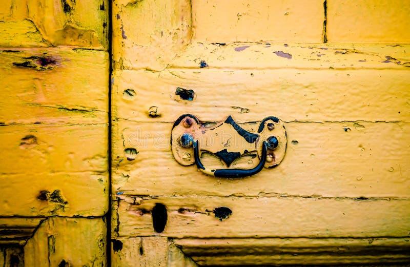 Αγροτική κίτρινη μπροστινή πόρτα στοκ εικόνες