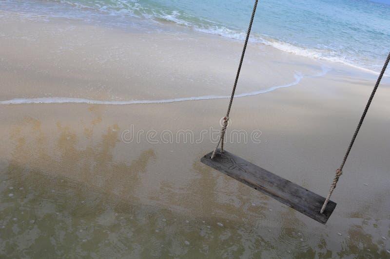 Αγροτική ξύλινη ταλάντευση στην παραλία στην παραλία στοκ εικόνα με δικαίωμα ελεύθερης χρήσης