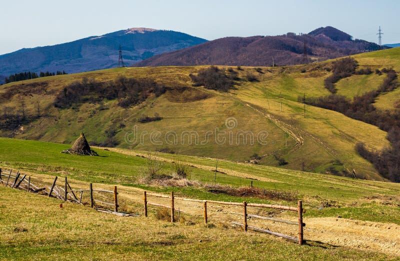 Αγροτική περιοχή στους κυλώντας λόφους στην άνοιξη στοκ φωτογραφίες
