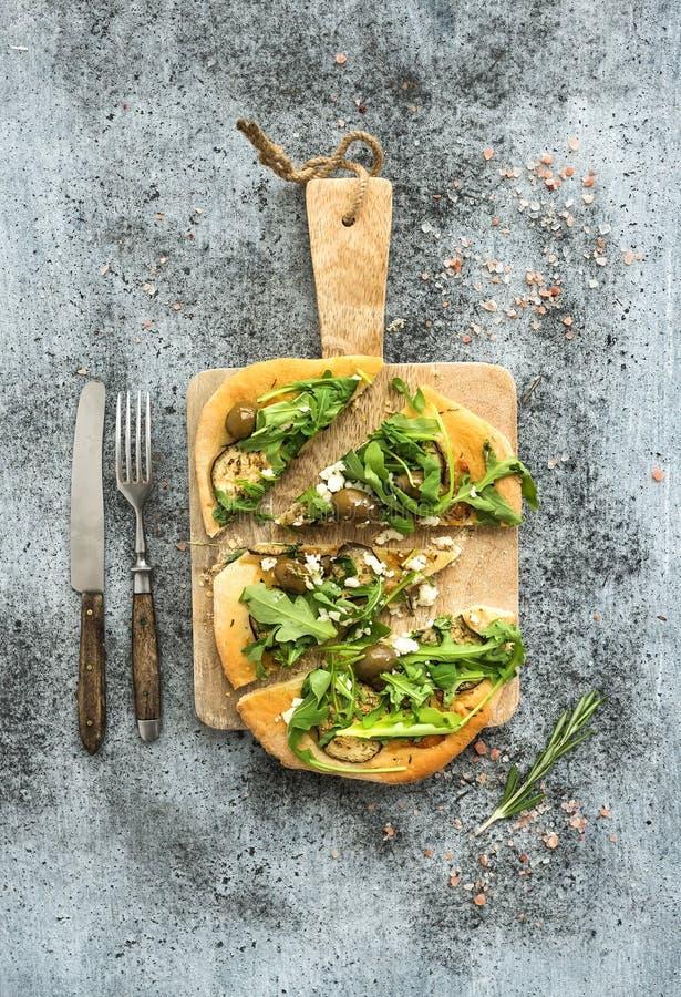 Αγροτική σπιτική πίτσα με eggpant, τυρί, ελιές στοκ εικόνες με δικαίωμα ελεύθερης χρήσης