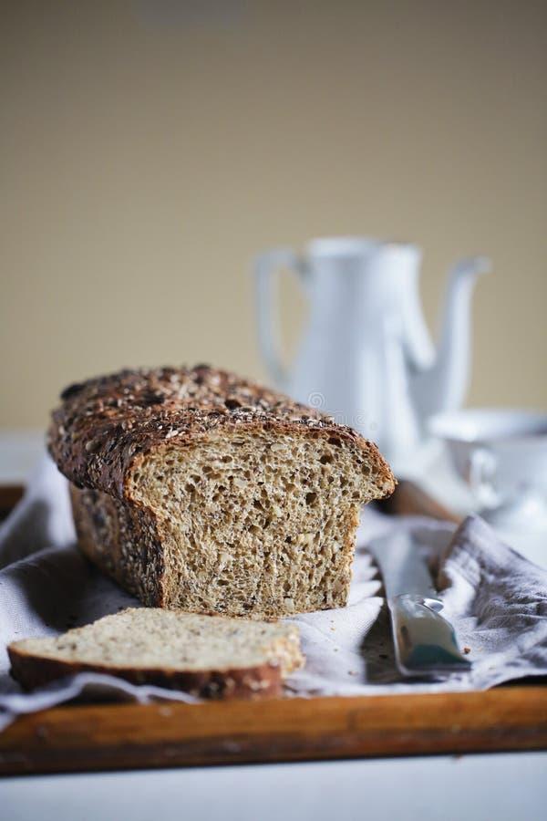 Αγροτική φραντζόλα με τους σπόρους και ολόκληρο αλεύρι σιταριού, φραντζόλα του ψωμιού, που τεμαχίζεται στοκ φωτογραφία με δικαίωμα ελεύθερης χρήσης