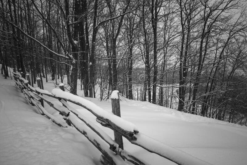 Αγροτική χειμερινή σκηνή με το φράκτη στοκ φωτογραφίες